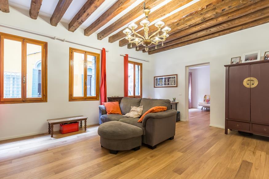 VENEZIA SANTA CROCE – Ampio Appartamento restaurato con ingresso esclusivo